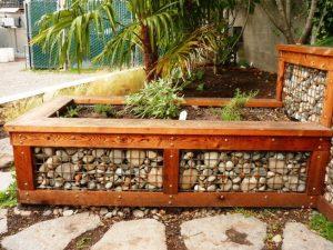 Virágtartó, pad és kerti térelválasztó egyben - ilyet is készíthet gabionból
