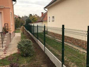 Budapest táblás kerítésrendszer lábazati betonelemmel