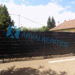 Táblás kerítés átlátásgátlóval